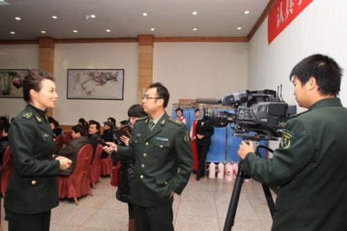 一名解放军在十九大党代表中接受世界媒体采访