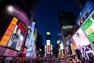 在纽约时代广场投放广告花的钱可不少啊